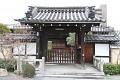 Typické kjótské rodinné domečky - tradiční, stylová vstupní brána přežila stovky let a teď k ní našroubují hnusnou poštovní plechovou schránku, proč taky není dřevěná? To chce cit pro detail, ne ?