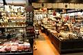 Nabízející tradiční japonské výrobky - keramiku, řezbářské výrobky, hůlky, vějíře, deštníky, sladkosti, ...