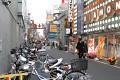 Noční Tokio mě baví, hlavně malé uličky, začnou se rozsvědcovat a plnit lidmi ...