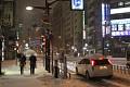 Lidé tu nosí deštníky, auta mají na střechách vrstvy sněhu a pořád sype a sype ...
