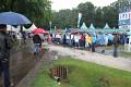 Ovšem davy lidí proudí stále - na deštivé počasí nehledí - KOI show je velkým lákadlem  ...