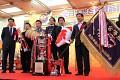 Šťastný majitel - čínský obchodník Chang, zástupce rodné farmy SAKAI san a dealer Narita san - srdečně blahopřejeme i my ...