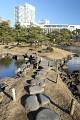 """V Japonsku umí zacházet s přirodním materiálem, podívejte jak umí využít kámen - tady jako """"šlapáky"""" do cestičky ..."""
