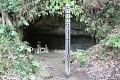 Tady jsou v jeskyních svatyně u nás plechovky a bezdomovci ...