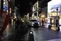 Vidíte, v Japonsku se zbytečně nesvítí na sloupech - září jenom obchůdky a hospůdky ...