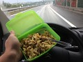 Čas je neúprosný, není kdy se v klidu najíst a tak děkuji Jirko za chutnou a voňavou krabičku ...