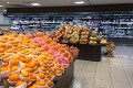 Je libo ovoce? Ano vidíte dobře, každý kus se tu balí po jednom - cena asi 45Kč za big pomeranč  ......