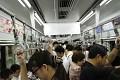Tokijské metro je vždy přeplněné...