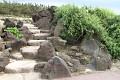 Kamenné schodiště nás vede podél pobřeží ...