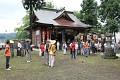 Skupinky přihlížejících v tradičních kimonech, turisty poznáte hned, vše fotí ...