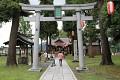 A v tomto chrámu se slaví velký svátek, lidé jsou tu ve svátečních kimonech, hraje tradiční hudba, vraťme se o pár století zpět ...