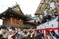 Vyvolení v kimonech hází do davu sladkosti a všichni sbírají - mrkněte jaké chytátka na to mají! Po chvíli se dav vymění a přijdou noví lidé s prázdnými taškami a chytají a chytají ...