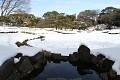 Pod sněhovou peřinou se nachází věhlasná vodní zahrada císařského paláce - ovšem, takovéto zimní fotky nikde v ročence nenajdete ... Tak se tu pojďme trochu podívat !