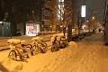 No podívejte, jak zasypané jsou tokijské ulice ... Necháte tu kolo, odskočíte si na jídlo a mezitím ho už pod čepicí sněhu nenajdete ...