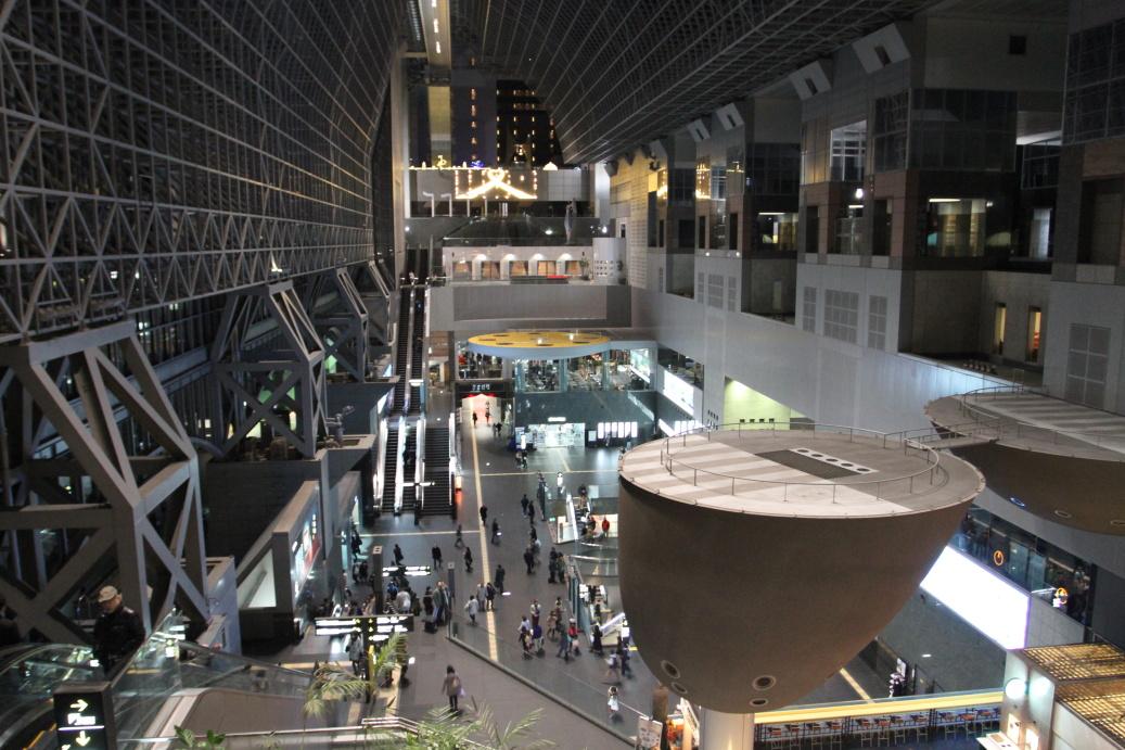 Jedinečné futuristické nádraží v Kjótu ...