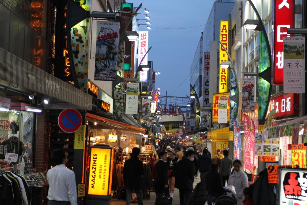 Noční Tokio mě baví nejvíce, všechno se osvětlí, zaplní lidmi ...